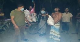 রাতের আঁধারে দুস্থদের মাঝেখাদ্যসামগ্রী দিচ্ছেনসালথাআ`লীগ নেতা